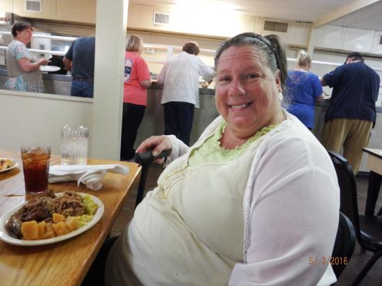 Jesup, Georgien: sister Trisha and her plate of food puts a smile on her face