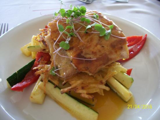El Oasis Hotel & Restaurant: salmon with steamed vegetables