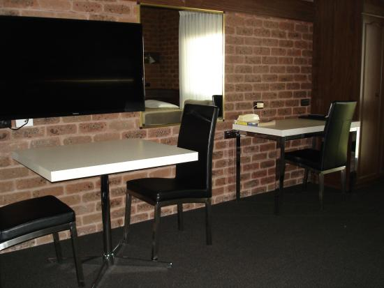 Albury Townhouse Motel : Seating and Desk