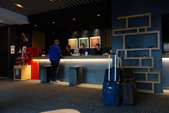 Metro Hotel: front desk 9th floor