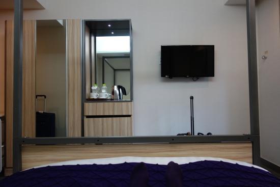 Metro Hotel: 4 post bed