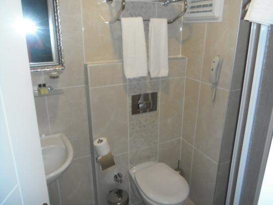 Kleopatra Life: Bathroom  with walk in shower.