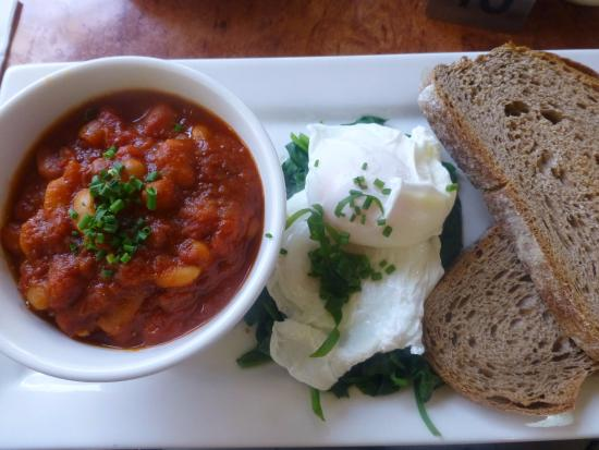 Faulconbridge, Australia: Delicious breakfast, house made paprika baked beans, poached eggs and spinach