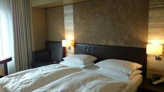 Dorint Hotel am Heumarkt Koln: ベッドです。なぜか1人あたり枕が2つ。
