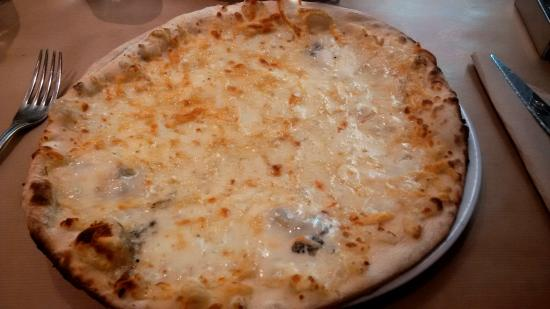RESTAURANT PIZZERIA BELLA NAPOLI: 4 formaggi, ma richiesta senza pomodoro