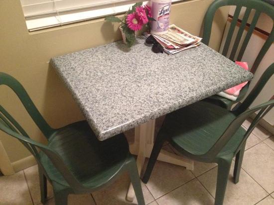 Coliseum Ocean Resort: Kitchen Table