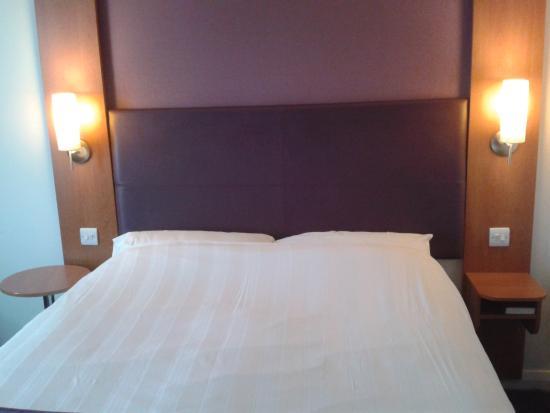 Premier Inn Blackpool (Bispham) Hotel: Uplighters and comfortable bed