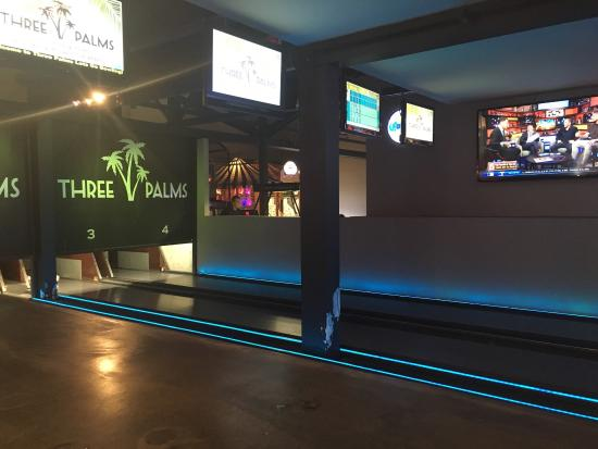 Three Palms Avalon Arcade: Nice casual atmosphere and friendly helpful manager.