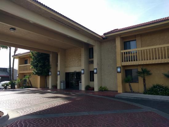 La Quinta Inn Tucson East: exterior corridors
