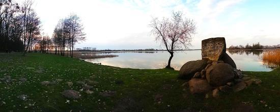 Slupca, Polônia: Panorama jeziora z Kopcem w tle.
