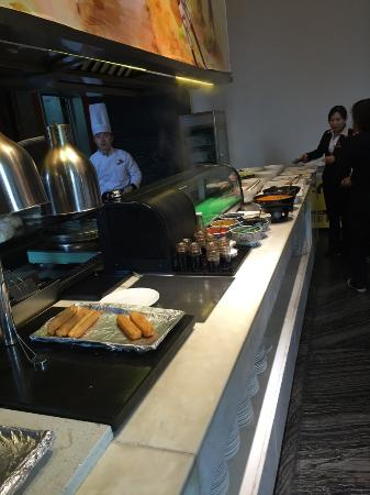 Olympic Mingdu International Hotel : Live breakfast counter