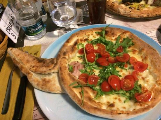 Pizza rucola, pomodorini e mozzarella, nel gambo funghi. - Foto di ...
