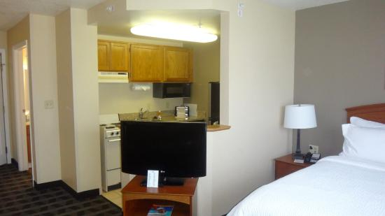 TownePlace Suites St. Petersburg Clearwater: Quarto e cozinha
