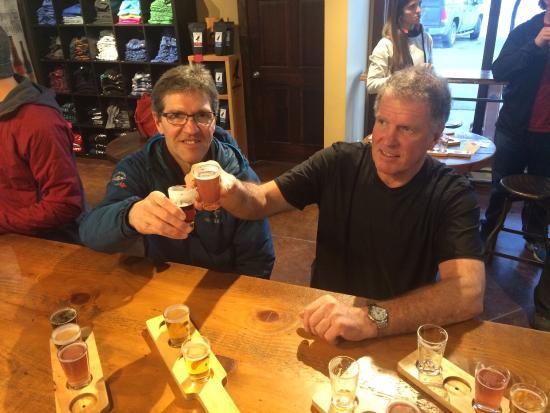 Ферни, Канада: Enjoying samplers with friends!