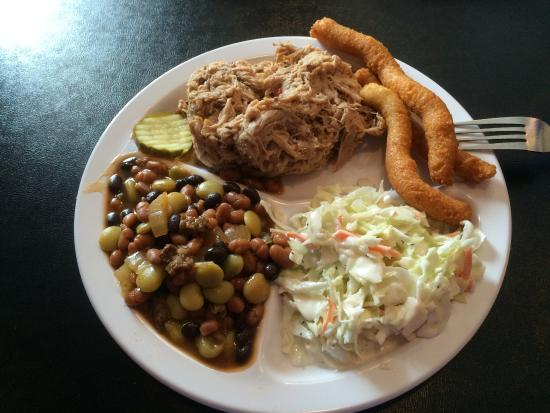 Pilot Mountain, Северная Каролина: Pulled pork BBQ plate with cole slaw, baked beans and hush puppies.