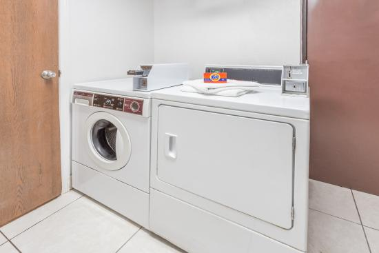 Super 8 Kenosha/Pleasant Prairie: Laundry Area