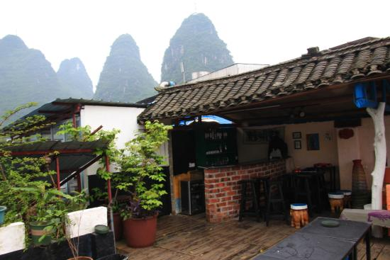 Yangshuo En Attendant Godot Hostel: Bar at roomtop