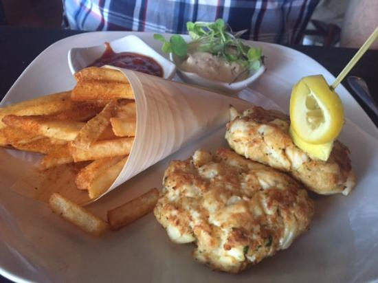 Berkeley Springs, Virgínia Ocidental: Maryland Lump Crab Cakes & Old Bay Fries