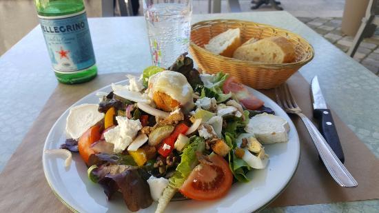 Quillan, Francja: Goats Cheese & Walnut Salad