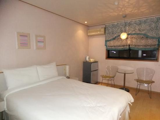 Little France Hotel: 房間布置簡單,有小冰箱附1大瓶免費懭泉水與咖啡茶包