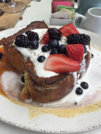 Hermosa Beach, CA: Brunch with friends! Food was yummy, drinks were delish and the service was great. Memorable exp
