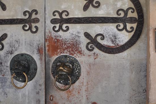 Alpirsbach, Alemania: Beschläge an der Kirchenpforte