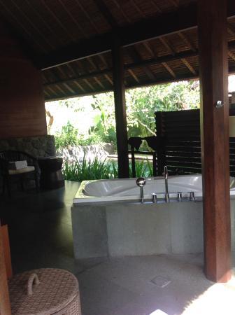 Kayumanis Ubud Private Villa & Spa: Undercover outdoor bathroom