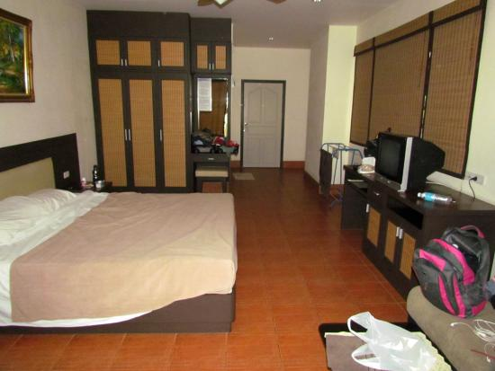Jomtien-Morningstar Guesthouse: It was a nice size room with lots of storage, and a king size bed.