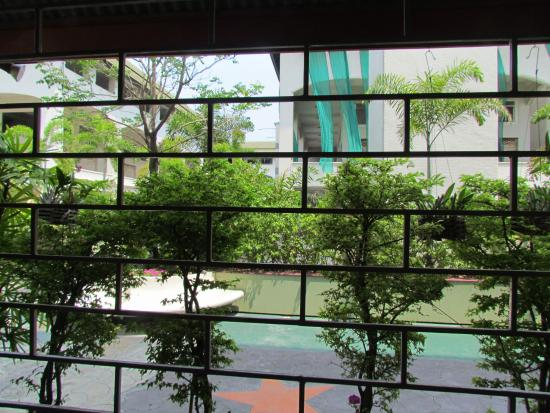 Jomtien-Morningstar Guesthouse: The patio adjoins a private garden.