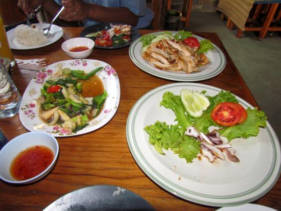 Jomtien-Morningstar Guesthouse: Here is the dinner we had (minus the grilled squid ;-) ).