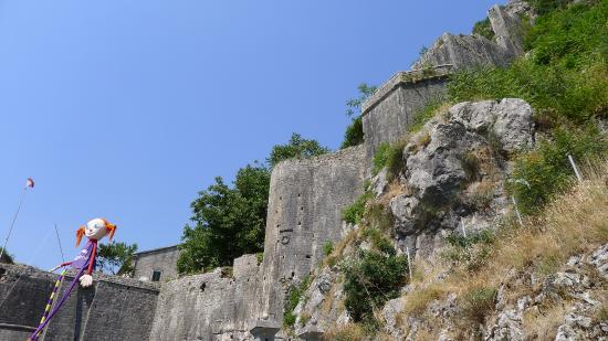 Gurdich Gate: Верхушка ворот и вид на укрепления крепости