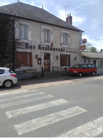 Deux-Chaises, Frankreich: Façade du restaurant à éviter!