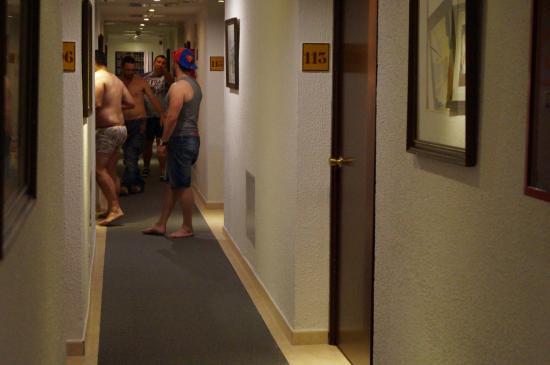 Hotel Athene Neos: пьяные голые гомосексуалисты в коридорах отеля