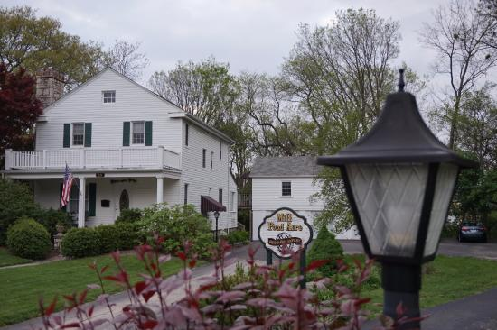 Mill Pond Acre Bed & Breakfast : The outside drive of Mill Pond Acre