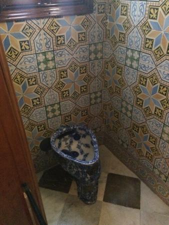 Palau Guell: Im Inneren Des Hauses. Einige Möbel Sind Von Gaudi Selbst  Entworfen.