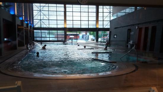 La grande piscine int rieure avec l 39 eau des sources 31 for Piscine interieure