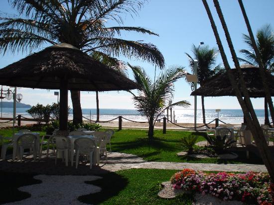 Hotel Enseada: Jardin del hotel con vista al mar