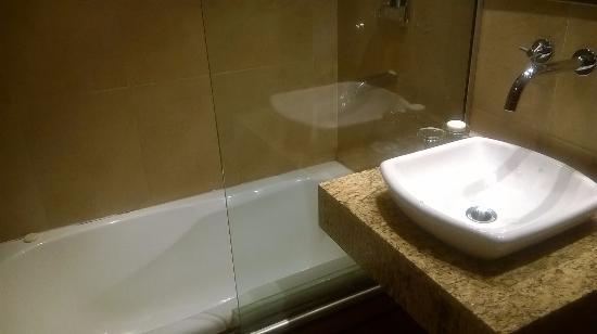 Quillen Hotel & Spa: Dois espelhos e espaço suficiente.