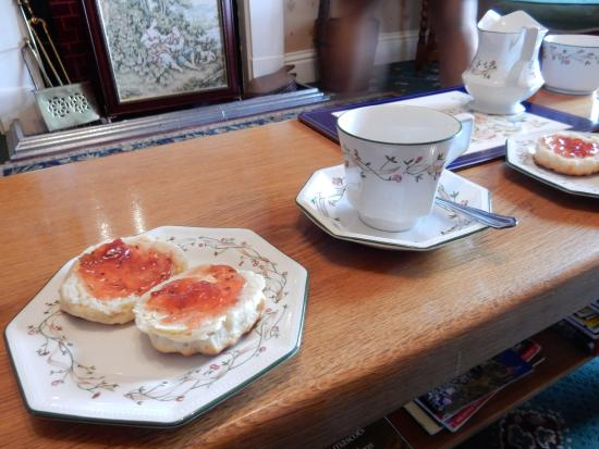 Llangattock Lingoed, UK: We were welcomed with tea and scones