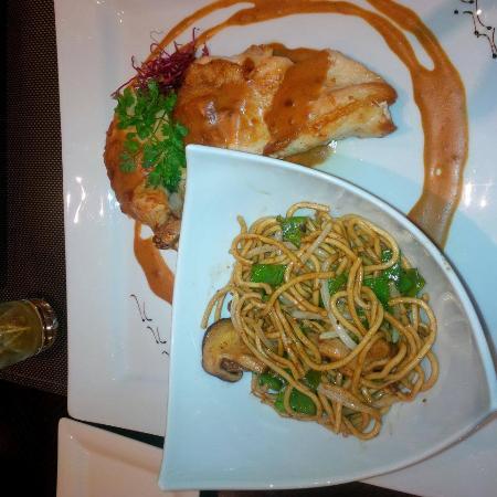 Poulet En Supreme Sauce Cacahuetes Wok De Nouilles Chinoises Aux