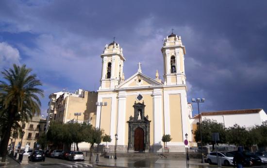 Catedral de Santa María de la Asunción: Fachada principal con las dos torres campanarios.