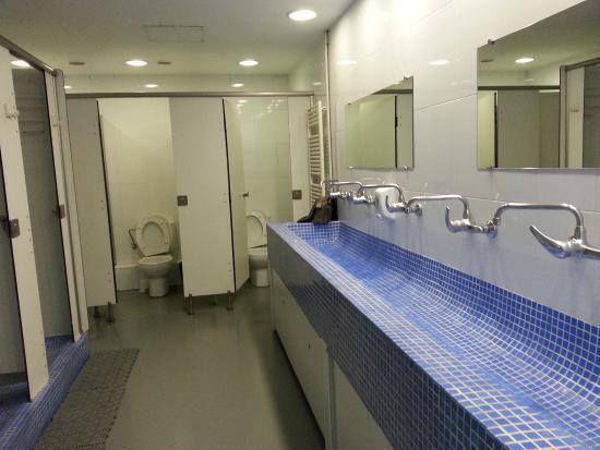 Alberguinn Sants Youth Hostel : men's bathroom