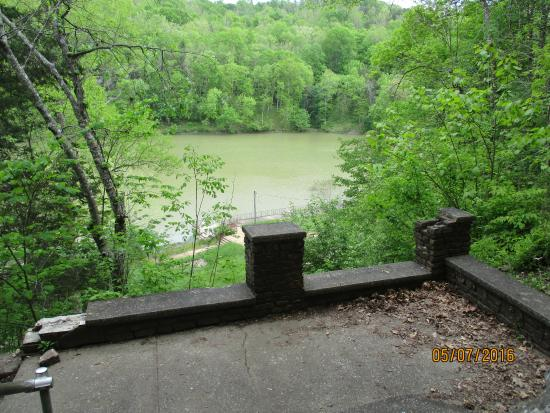 Olive Hill, KY: Lake located below Lodge