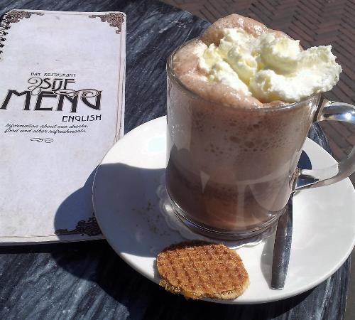 Restaurant Sijf: The Hot Chocolate is served with a cream-topping and a delicious honey cookie