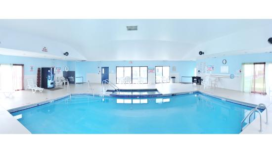 Fort Atkinson, WI: Courtyard Inn & Suites - Pool & Spa