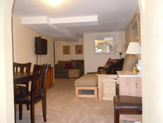 Alpen Way Chalet Inn: Affinity suite with 1 queen bed, 2 twin beds and a futon.  Full kitchen