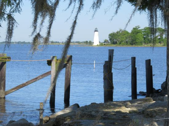 Tchefuncte River Light Station: Nice little area to spend a little time or have lunch at the nearby restaurant.
