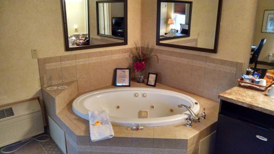 Skaneateles Suites Boutique Hotel: Jacuzzi tub