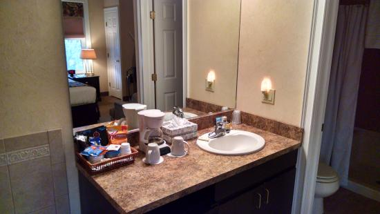 Skaneateles Suites Boutique Hotel: Sink area with lots of complimentary goodies