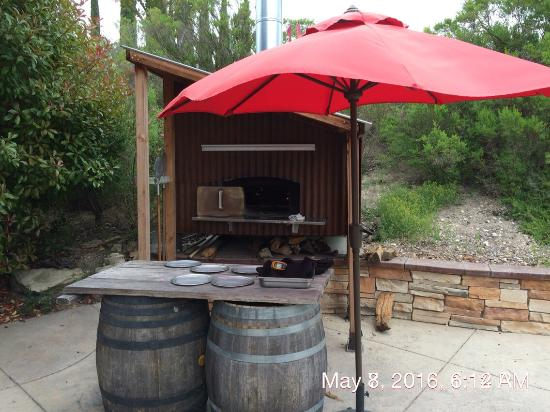 Templeton, CA: Outdoor pizza oven.